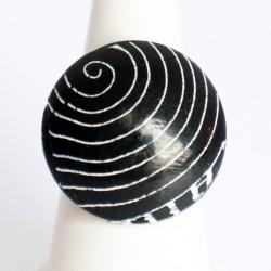 Bague noire avec des cercles blancs