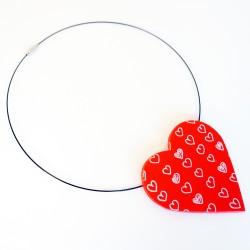 Grand pendentif rouge avec coeurs blancs
