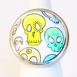 Bague multicolore ronde avec des têtes de mort