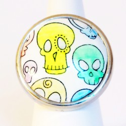 Multicolored round ring with skulls