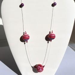 Collier mi-long rose en perles en céramique et résine