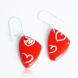 Boucles d'oreilles rouges avec des petits coeurs blancs