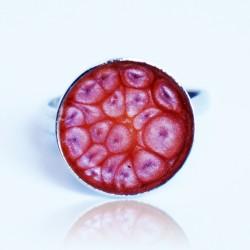 Petite bague ronde et rose avec un effet écailles