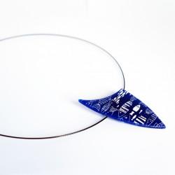 Pendentif bleu marine avec des poissons blancs