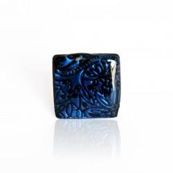 Bague carrée bleu marine avec du relief