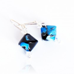 Boucles d'oreilles bleues, blanches et noires