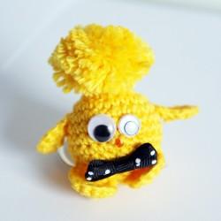Porte-clé piou-piou jaune avec son noeud papillon