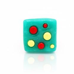 Bague carrée verte avec des pois jaunes et rouges