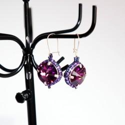 Boucles d'oreilles violettes avec cabochon et perles tissées