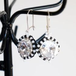 """Petites boucles d'oreilles rondes """"noir et blanc"""" en perles de cristal et délicas"""